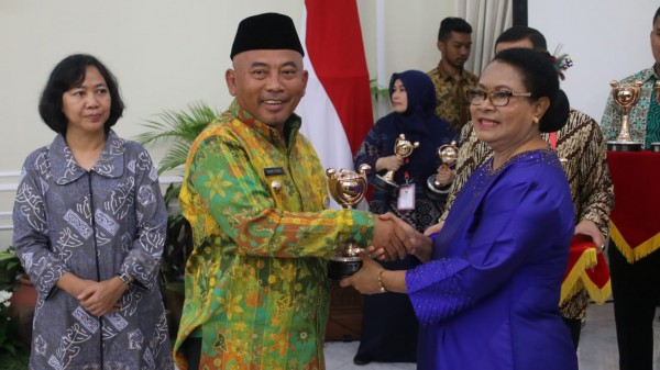 Wali Kota Bekasi Menerima Penghargaan Anugerah Parahita Ekapraya (APE)